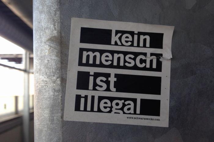 Passau Bahnsteg Aufkleber keine Mensch ist illegal