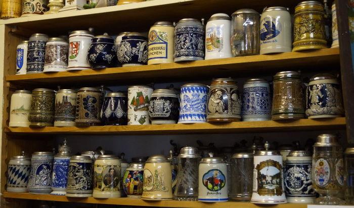München, Oktoberfest, antike Maßkrüge