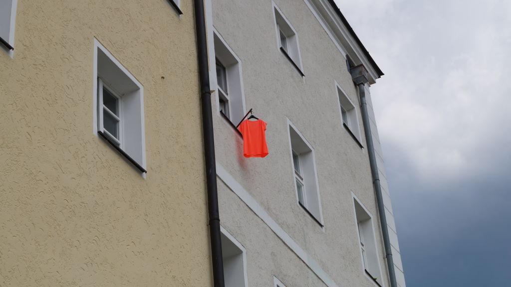 Farbenlehre Sensual Orange Hauswand mit Wäsche, Photo by Kristian Laban