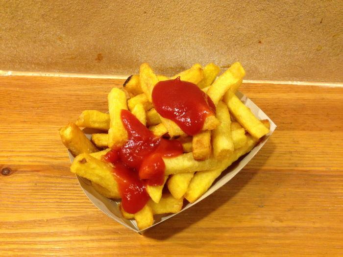München Pommesfreunde Pommes mit Ketchup