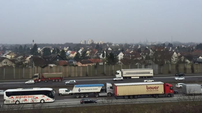 Blick über die A5 auf Frankfurt-Schwanheim