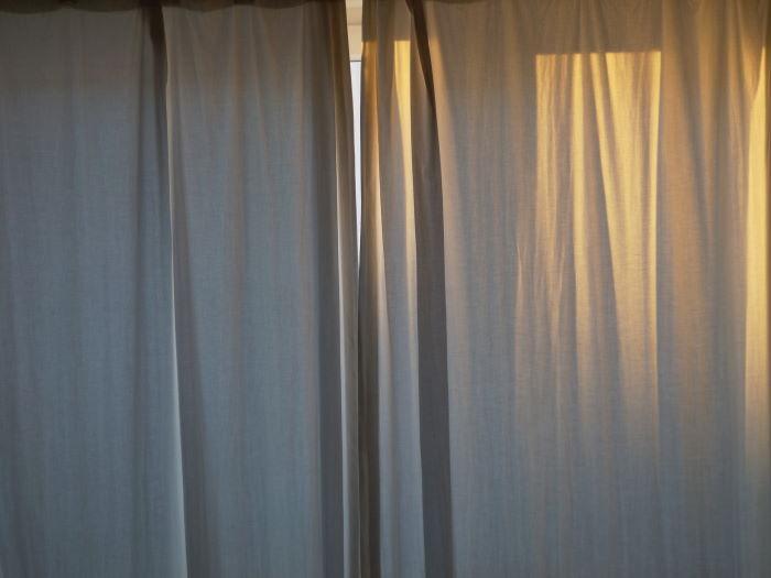 Sonne scheint auf Vorhang