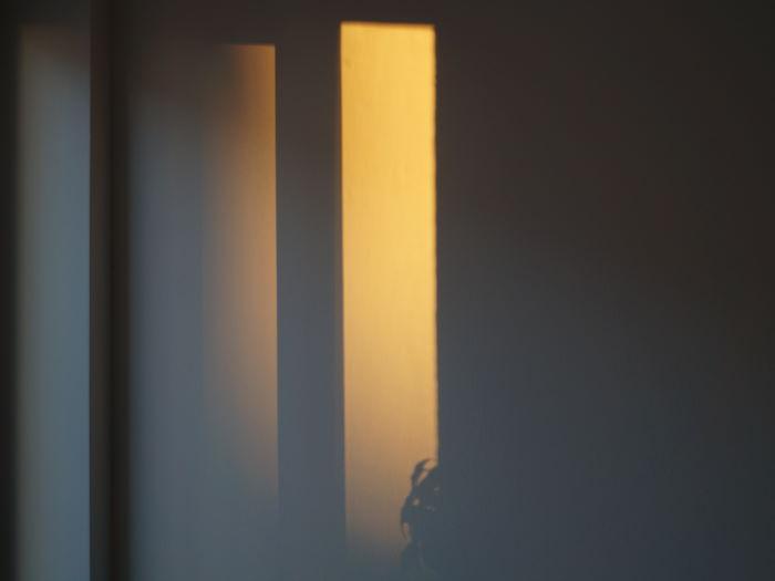 Sonne wirft Schatten auf Zimmerwand