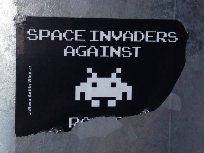 Passau Bahnsteg Aufkleber Space Invaders against Sexism