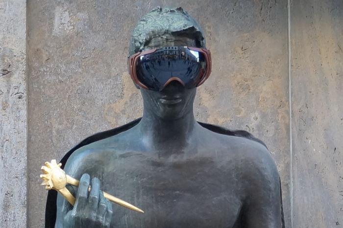 München Theatinerstraße Figuren mit Skibrille Mann 1