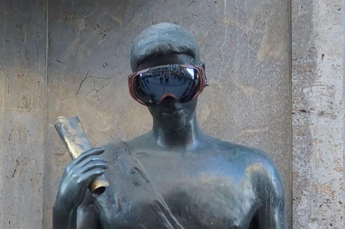 München Theatinerstraße Figuren mit Skibrille Mann 2