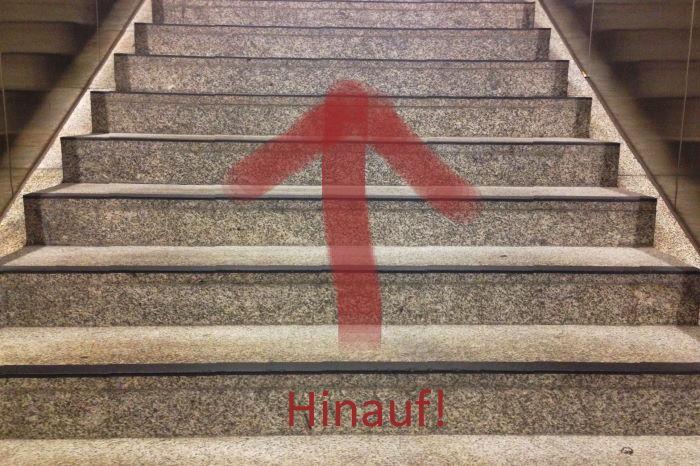 Treppenstufen mit Pfeil Hinauf