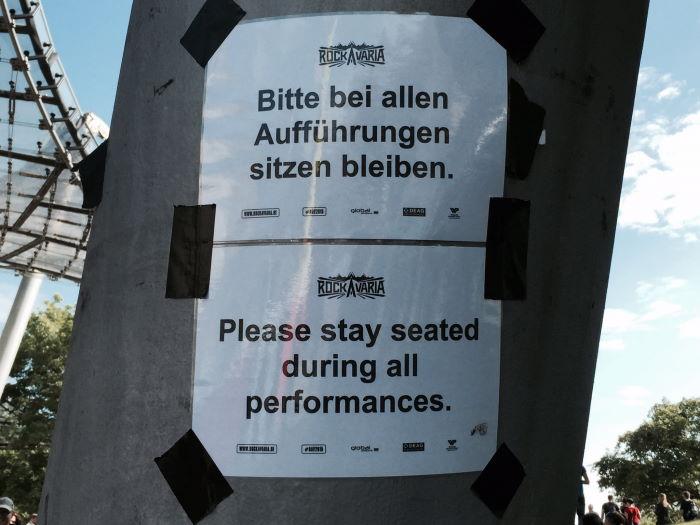 Bitte bei allen Aufführungen sitzen bleiben